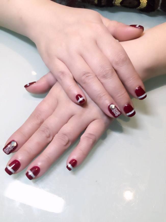 當指甲彩繪、貼甲片頻繁,就會不斷重複拔除、去除指甲表面黏膠過程,可能造成指甲表面受損。(本報資料照片)