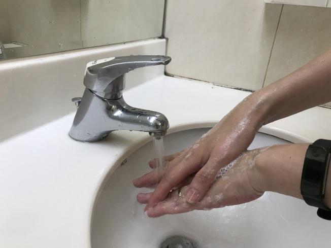 常洗手丶浸水丶喷酒精可能造成甲床分离。(本报资料照片)