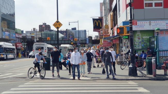 紐約市第一階段復工未造成疫情反彈,圖為復工後的法拉盛緬街人潮。記者王彩鸝/攝影