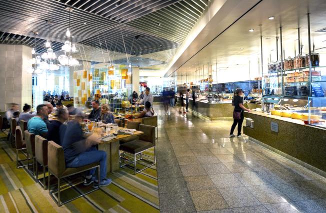 拉斯維加斯賭場開始恢復自助餐營運,但以往開放式自助夾菜(見圖),將改成服務生把餐點端上桌。(美聯社)