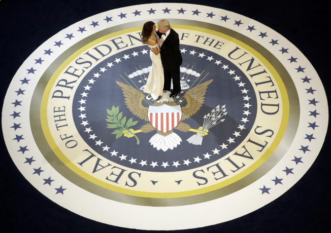 美國第一夫人梅蘭妮亞‧川普的兩位前員工在一本新書中,形容第一家庭夫妻維持著「奇怪的婚姻」。圖為2017年川普就職晚會。(美聯社檔案照)