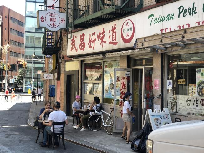 武昌好味道外已有三組餐桌椅。(記者張晨/攝影)