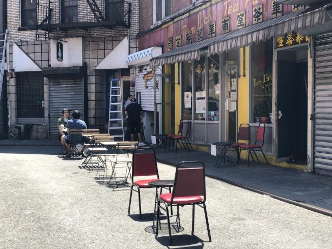 華埠宰也街已和從前一樣擺放了戶外餐桌。(記者張晨/攝影)