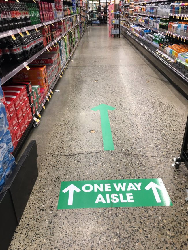 自疫情爆發以來,許多超市要求走道只能單向前進,以確保消費者在購物的過程中,避免不必要的雍塞,減少在走道上近距離接獨。(取自推特)