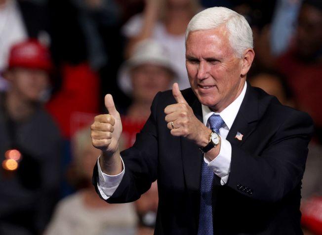 川普總統20日晚上在奧克拉荷馬州土耳沙(Tulsa)舉行造勢大會,潘斯副總統在造勢現場BOK中心,向群眾比出「讚」的手勢。(Getty Images)