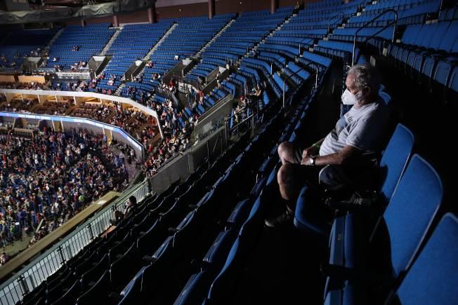 川普總統20日晚上在共和黨票倉奧克拉荷馬州土耳沙(Tulsa)舉行造勢大會,不少「川粉」已在現場就座。(Getty Images)