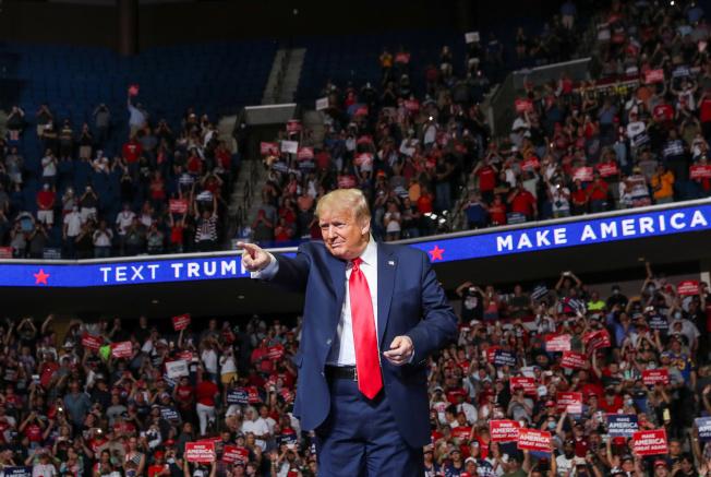 川普總統20日晚上在共和黨票倉奧克拉荷馬州土耳沙(Tulsa)舉行造勢大會,這是新冠疫情爆發以來的首次大型集會。(路透)