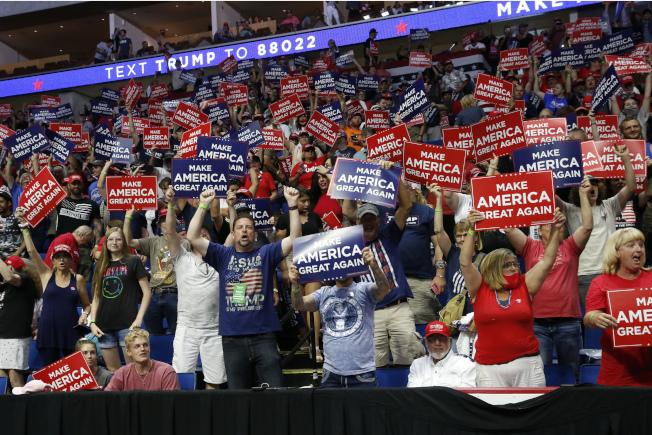 川普總統20日赴共和黨票倉奧克拉荷馬州的土耳沙(Tulsa)舉行造勢大會,現場氣氛熱烈。(美聯社)