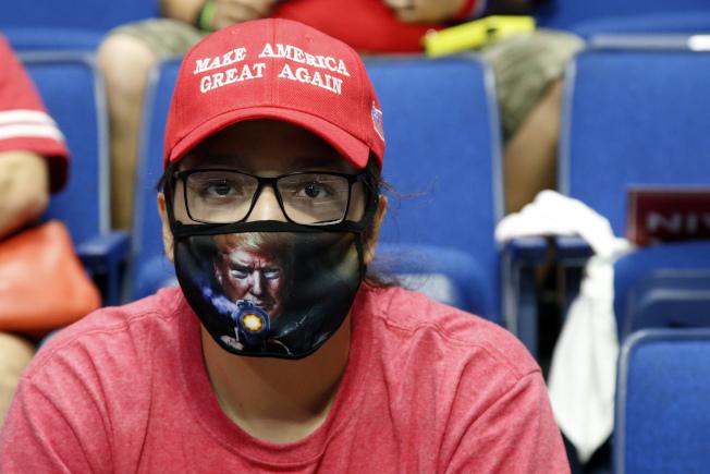 川普總統20日晚上在共和黨票倉奧克拉荷馬州土耳沙(Tulsa)舉行造勢大會,不少「川粉」戴著口罩在現場等待。(美聯社)