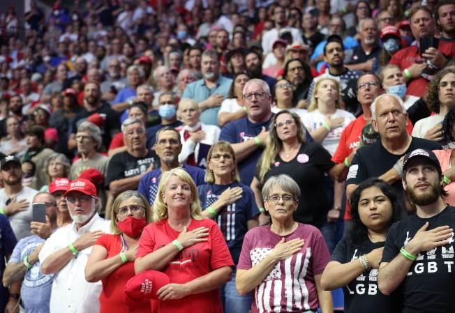川普總統20日赴共和黨票倉奧克拉荷馬州的土耳沙(Tulsa)舉行造勢大會,支持者在現場宣誓效忠 。(Getty Images)