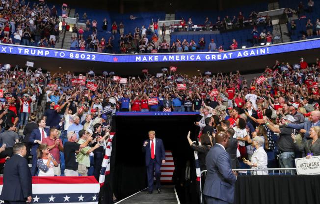 川普總統20日晚上在共和黨票倉奧克拉荷馬州土耳沙(Tulsa)舉行造勢大會,這是川普總統在新冠疫情爆發以來的首次大型集會,他揮舞著拳頭走進造勢現場。(路透)
