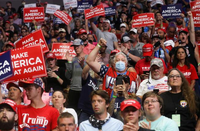 川普總統20日赴共和黨票倉奧克拉荷馬州的土耳沙(Tulsa)舉行造勢大會,現場氣氛熱烈,但人數不如預期。(美聯社)