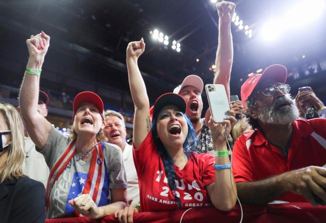 川普總統20日在奧克拉荷馬州土耳沙舉行造勢大會,這是自3月2日美國新冠肺炎疫情升高以來川普首度舉辦造勢大會,現場支持者多未戴口罩。(路透)