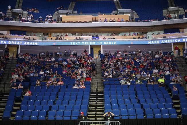 美國總統川普20日在奧克拉荷馬州土耳沙舉行造勢大會,支持者等待川普進場。(Getty Images)