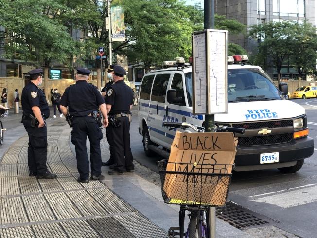 仍有大批警力駐守曼哈頓,以保證示威秩序。(記者張晨/攝影)