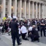 疫區手記/美國警察當眾下跪 誰的膝下無黃金?