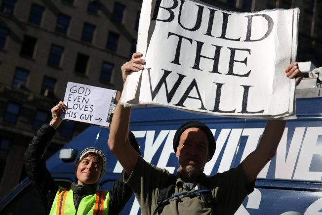 川普總統堅持建邊境牆,把非法移民擋在境外。(路透)