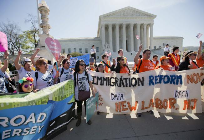 川普試圖終止幼年來美合法(DACA)計畫。圖為DACA支持者在請願,希望身分合法。(美聯社)
