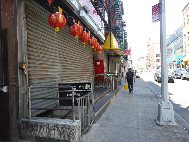 曼哈頓唐人街主要的商業街勿街上許多商店關門。(記者韓傑/攝影)