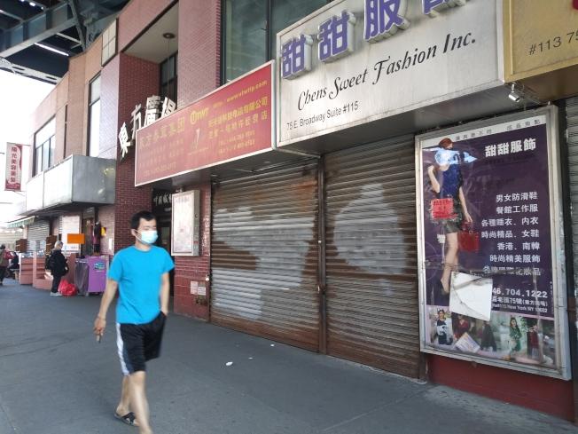 曼哈頓唐人街橋下的怡東商場,過去每日車水馬龍,現在有的商場大門緊鎖。(記者韓傑/攝影)
