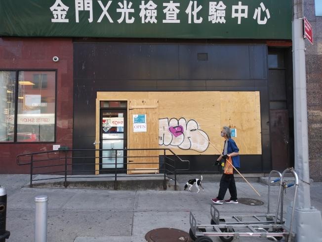 為了安全,曼哈頓唐人街堅尼路的化驗中心,也釘上木板,只留一個小門進人。(記者韓傑/攝影)