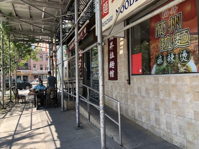 東百老匯的福昇拉麵也擺出座椅。(記者顏嘉瑩/攝影)