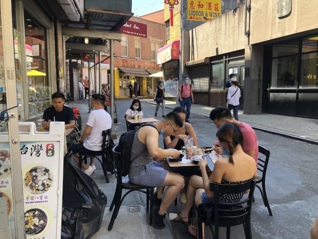 武昌好味道在門口擺放戶外用餐之後,吸引許多顧客回流。(記者顏嘉瑩/攝影)