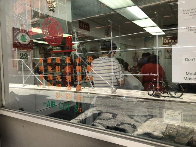 華埠各間理髮店生意火爆。(記者顏嘉瑩/攝影)