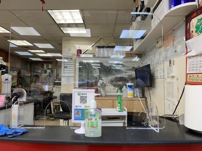 華人美髮業復工,店家在前台擺放消毒紙巾及洗手液,方便顧客使用。(記者賴蕙榆/攝影)