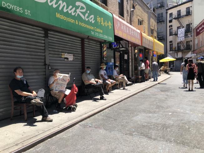 22日理髮店復工,不少民眾坐在門口等候理髮。(記者顏嘉瑩/攝影)