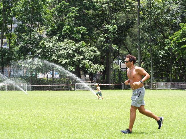 酷熱天氣進行戶外活動,要小心避免脫水和中暑。(中通社)