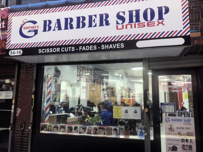 22日是紐約市二階段復工首日,理髮店以五成容客量重新開門,生意熱鬧,店內外都有客人在等待。(世界新聞網何卓賢/攝影)