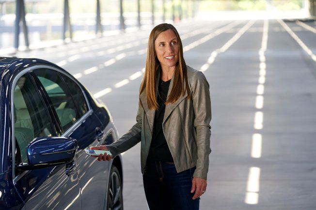 iPhone變數位車鑰匙! 可和家人共用 BMW率先支援