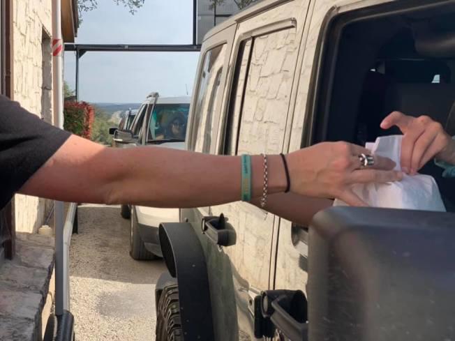 德州天然橋野生動物牧場在民眾入園時會贈送飼料供投餵動物。(取自牧場臉書)