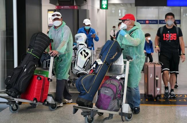 粵港澳三地以「互認健康碼」取代14天的強制檢疫隔離,但核酸測試收費價差十分大。圖為旅客抵達香港機場。(中通社資料照片)