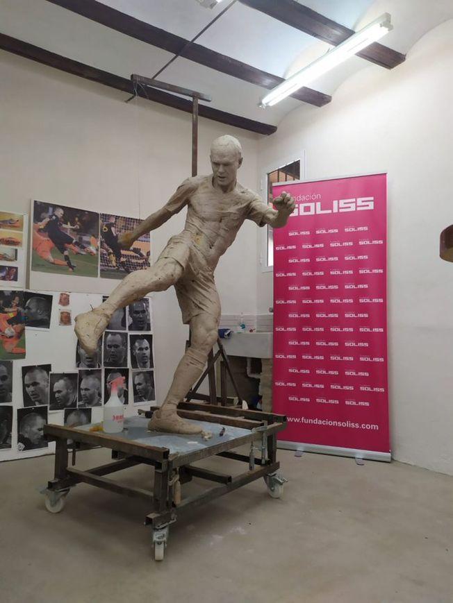 伊涅斯塔雕像稍後趕緊換上褲子。(取材自推特)