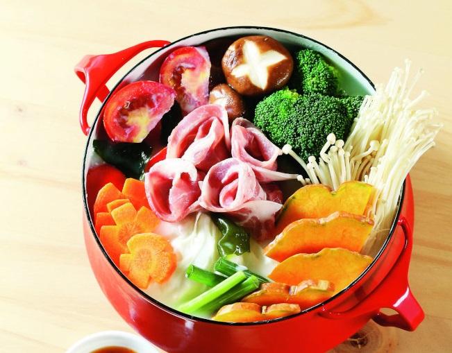 鮮蔬豆漿火鍋。(圖:聯經出版)
