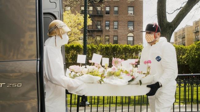 何雨(左)戴著這頂米色禮帽運送鮮花至伊莎貝拉老人中心。(攝影:雲開;何雨提供)