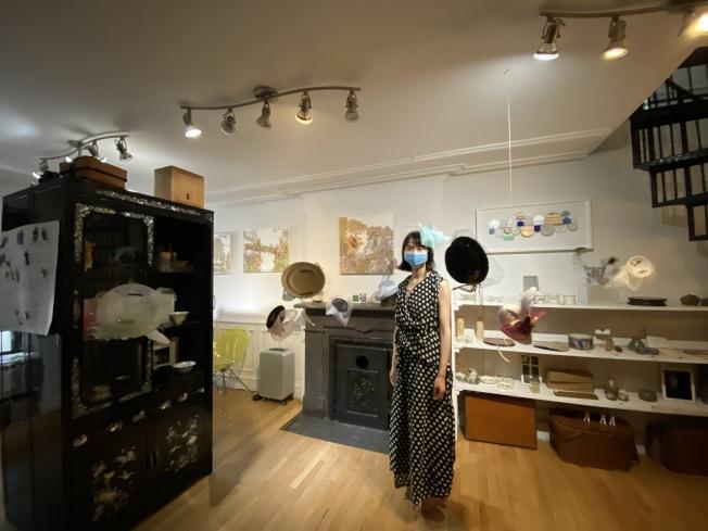 否畫廊一層掛著很多何雨製作的復古禮帽。(記者金春香 / 攝影)