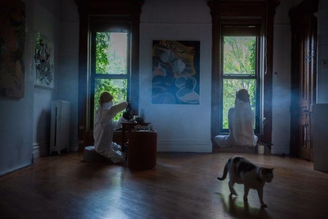 何雨穿上防護服在否畫廊內。(攝影:雲開;何雨提供)