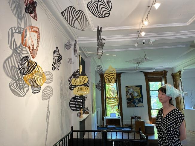 何雨介紹否畫廊推出溫迪·勒特文的「交會之際」展覽。(記者金春香 / 攝影)