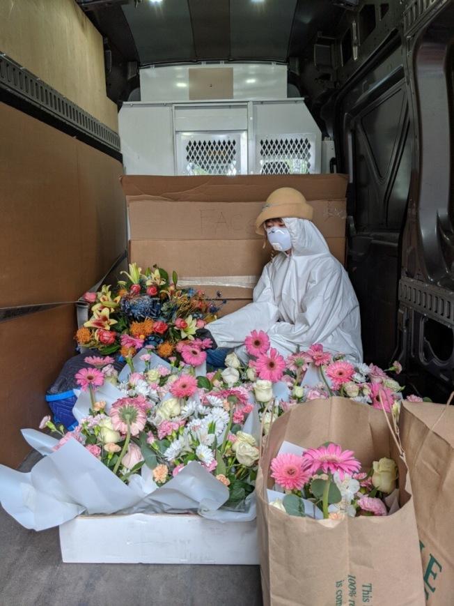 何雨戴著這頂米色禮帽運送鮮花至伊莎貝拉老人中心。(攝影:雲開;何雨提供)