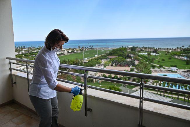 土耳其南部一家高檔度假酒店的客房陽台上,清潔人員正消毒。土耳其為吸引夏季遊客回歸,出台多項優惠措施。(Getty Images)