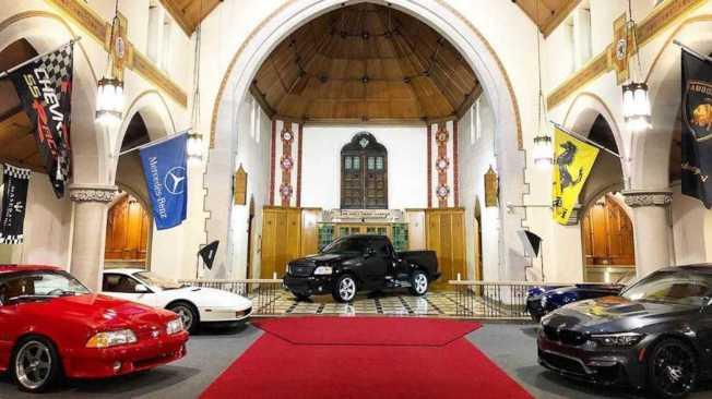 Pennsylvania州的East Pittsburgh一間教堂內,停滿各式超跑。摘自Motor1