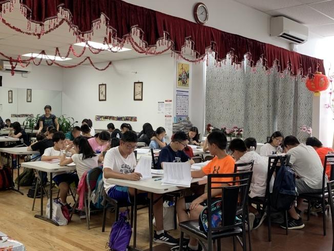 去年參加夏令營的學生,在前半段課程練習SHSAT考題,後半段參與領袖培訓,培養獨立思考能力。(本報檔案照)