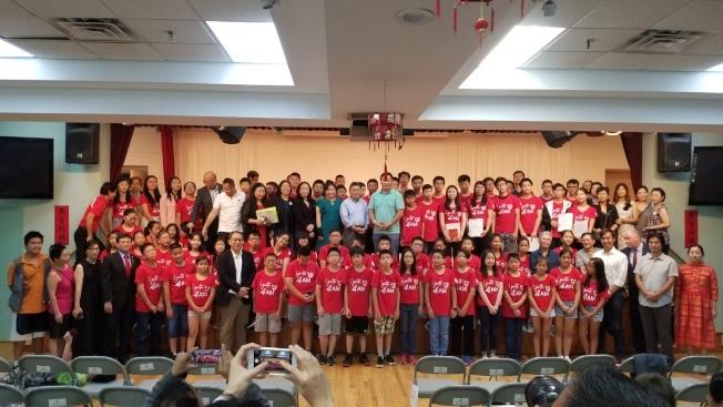 紐約市居民聯盟去年舉辦的首屆「暑期學習夏令營」結業典禮,眾多民選官員到場支持。(本報檔案照)