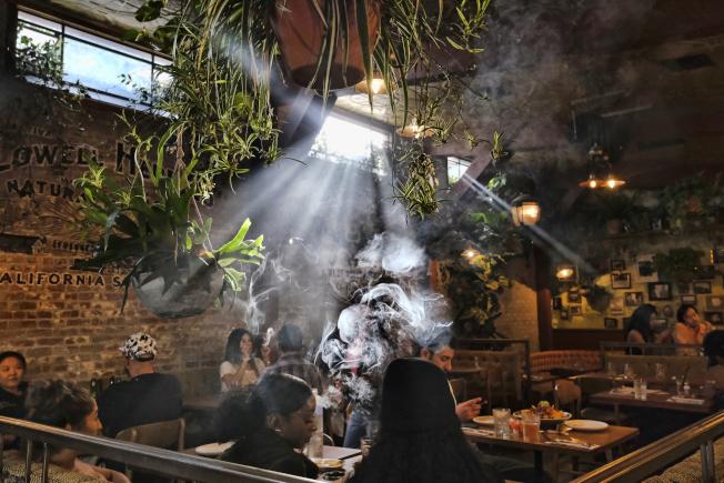 新州娛樂大麻合法化,議會過首關。圖為洛杉磯大麻咖啡廳。(美聯社)