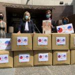 經文處捐洛縣9萬台灣口罩 巴格現場戴:我愛死了