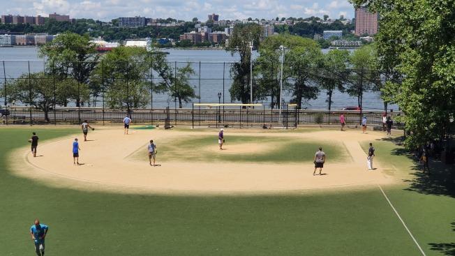 紐約市社區公園的運動場地要在第三階段重啟後才能使用,但在曼哈頓上西城的河邊公園,日前已有青少年在踢足球。(記者王彩鸝╱攝影)