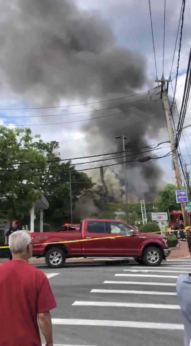 長島大頸(Great Neck)25日下午發生火災,火舌從一家商店冒出,濃煙沖天,迅速蔓延,發展成五級大火,當地消防員用四個小時才控制火勢,周邊多家商戶受損,其中不乏華裔商戶。圖:讀者提供